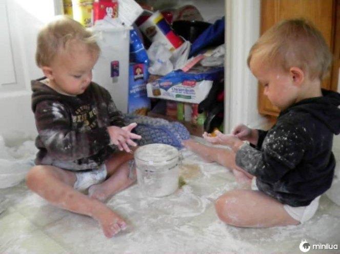 gemelos-haciendo-travesuras-730x547